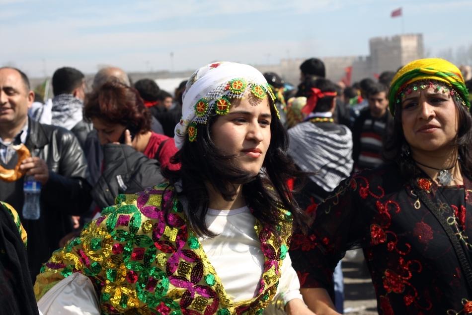 Femei kurde care sărbătoresc Newroz în Istanbul.