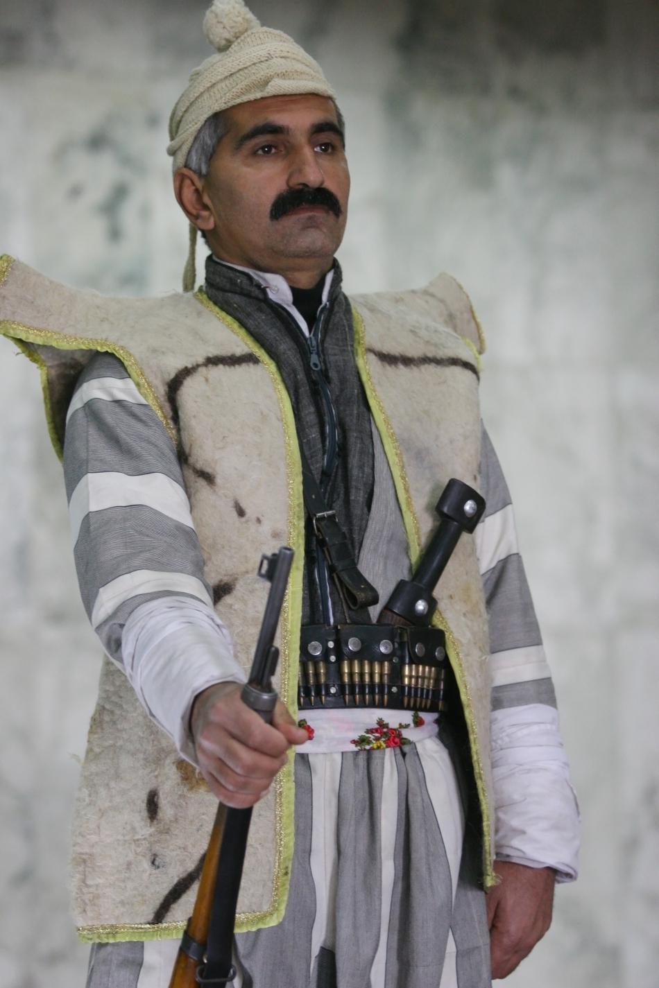 Soldat kurd de gardă în faţa Parlamentului Kurzilor din Arbil
