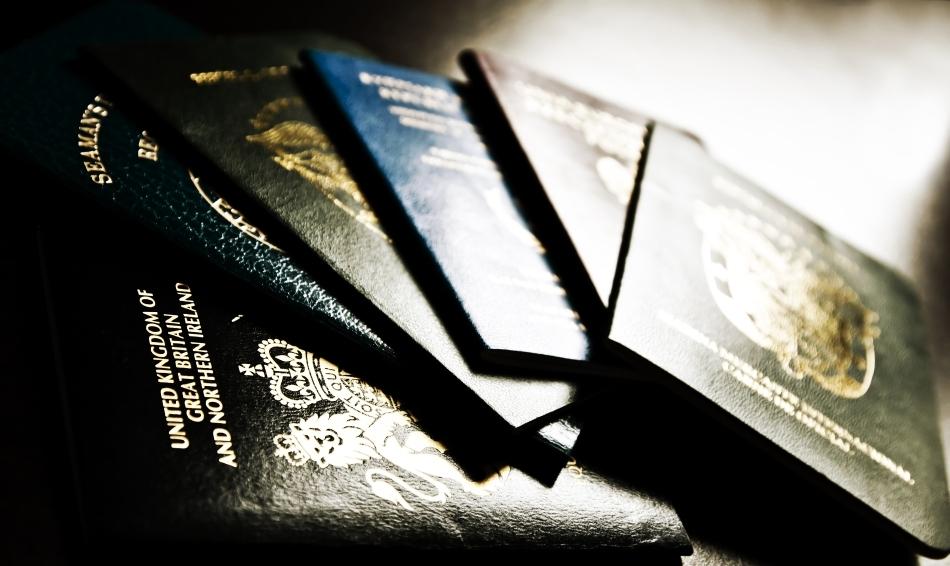 Un spion se foloseşte deseori de multe paşapoarte false.