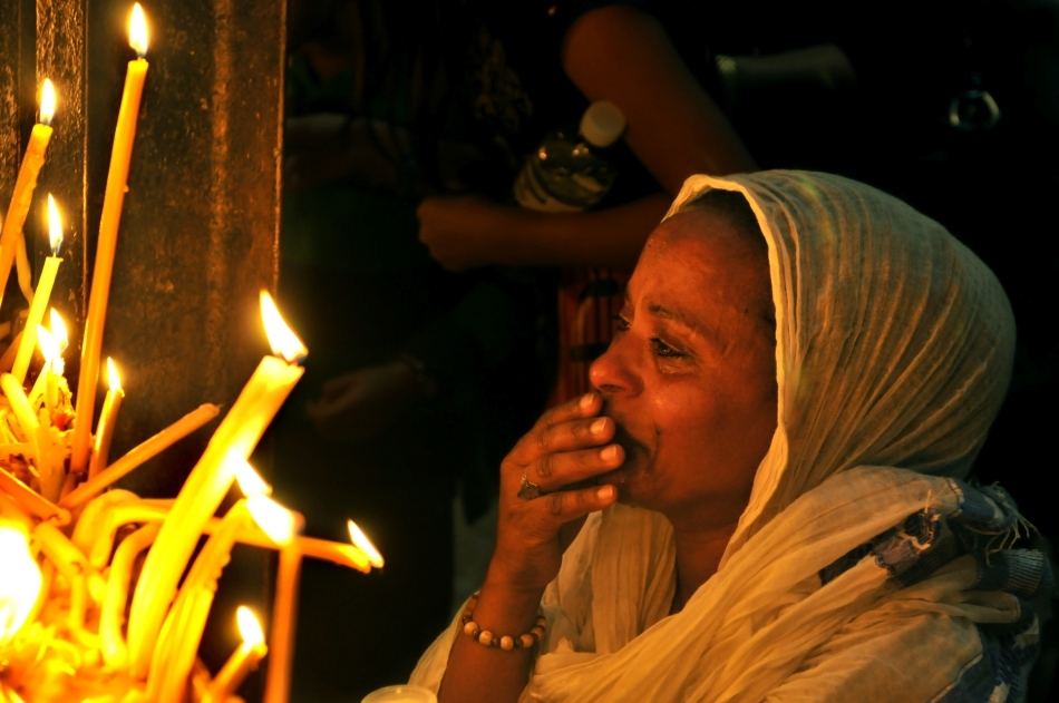 O credincioasă în Biserica Învierii din Ierusalim