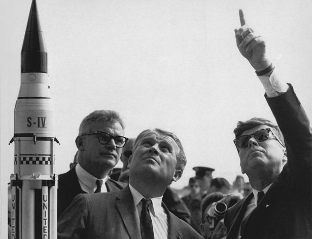 Werner von Braun alături de preşedintele american J.F. Kennedy