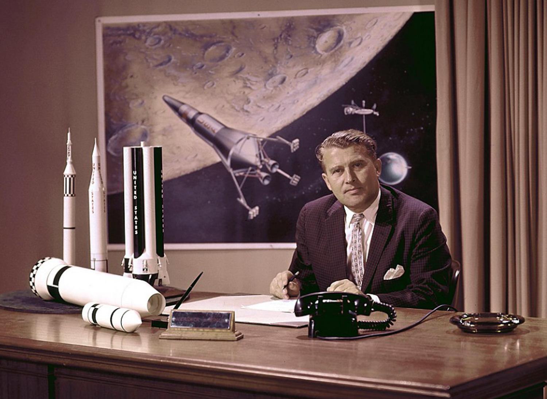 Werner von Braun lucrând pentru NASA la proiectul rachetelor Saturn