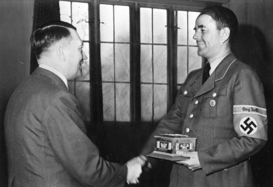 Hitler decorându-l pe Speer cu Ordinul Todt.