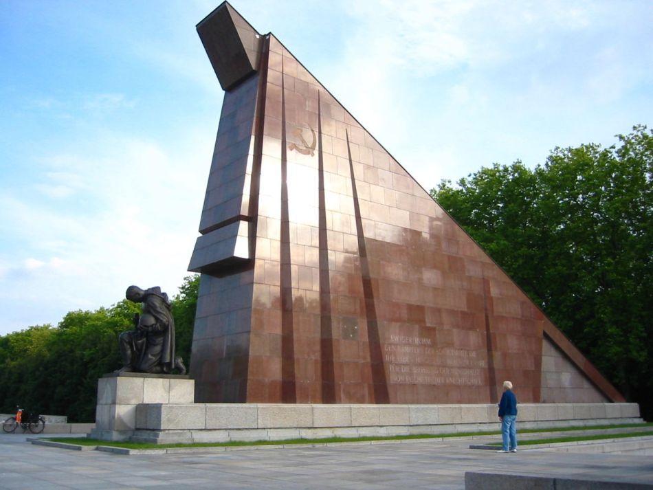 Memorialul Eroilor Sovietici, construit de sovietici cu marmura furată din Noua Cancelarie a Reich-ului lui Speer