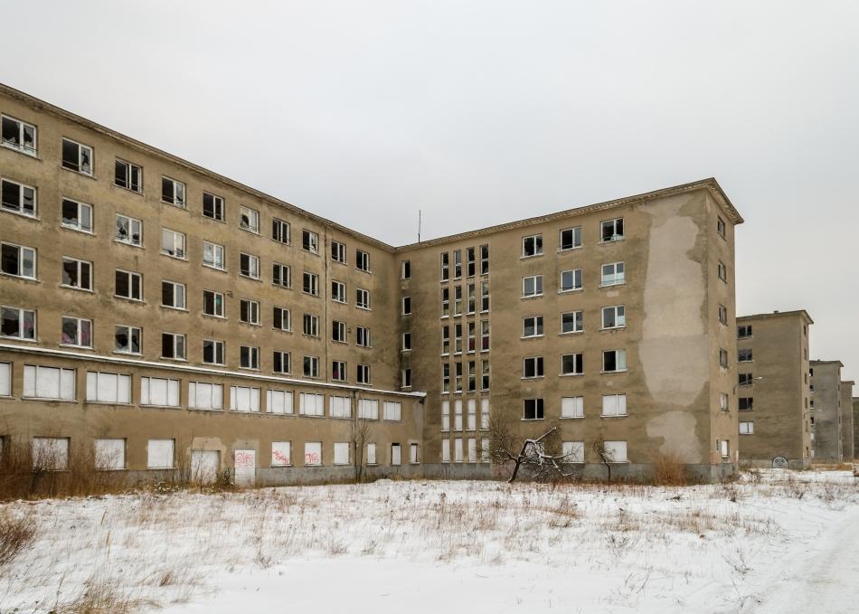 Ruinele unei clădiri de locuinţe din perioada regimului nazist. Se observă asemănările cu clădirile construite ulterior de sovietici.