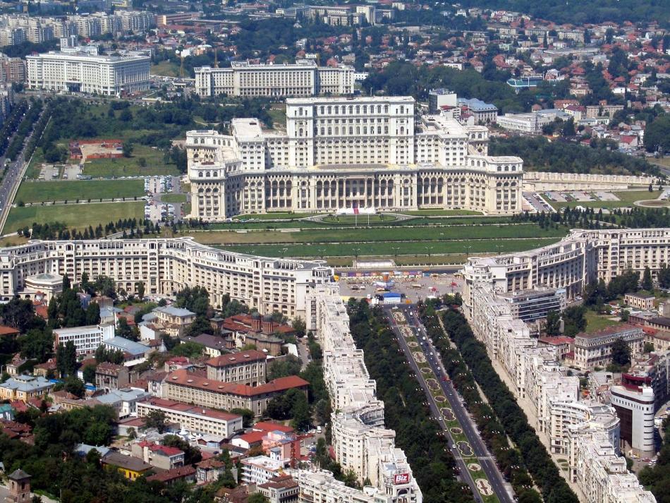 Casa Poporului şi fostul Bulevard Victoria Socialismului - numit acum Bulevardul Libertăţii
