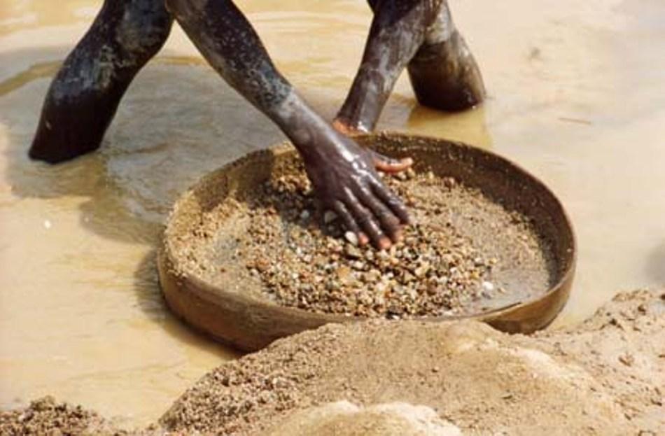 Recoltarea manuală a diamantelor în Sierra Leone