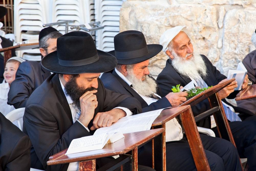 Legile din Vechiul Testament, respectate atât de creştini cât şi de iudei, pedepsesc cu moartea multe abateri, printre care şi adulterul