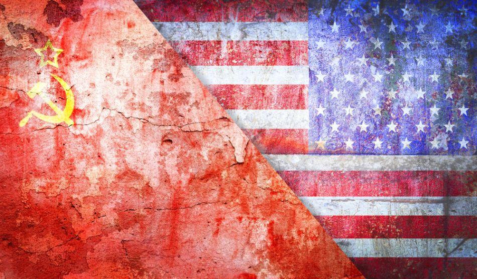 Drapelele sovietic şi american.