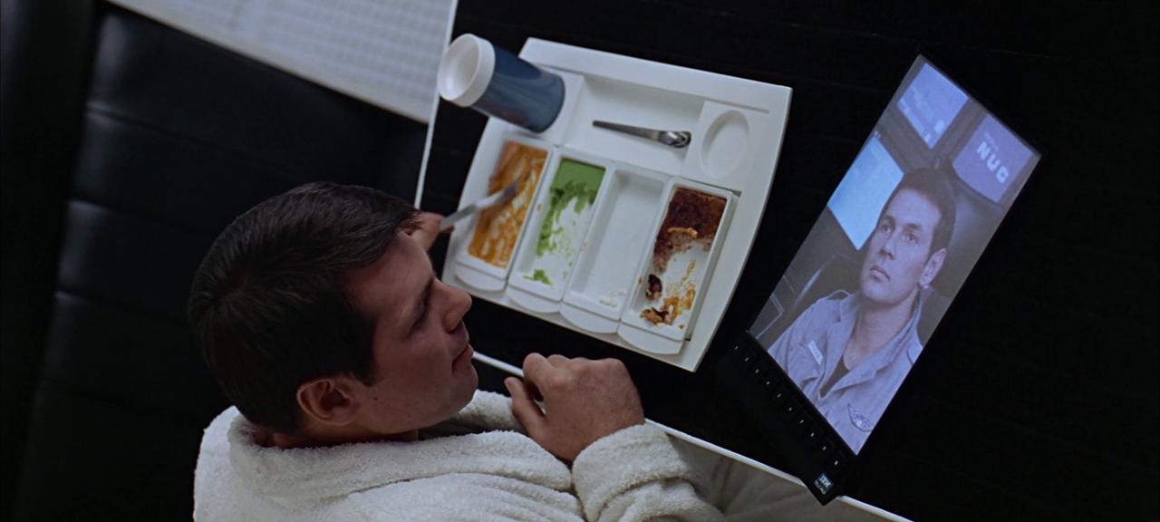 """Scenă din filmul """"2001: Odiseea Spaţială"""". Un personaj foloseşte o tabletă"""