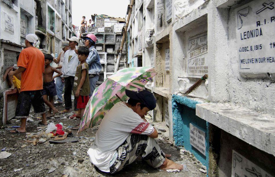 Tineri locuind în interiorul Cimitirului Municipal din Manila (Filipine), 30 Octombrie 2009