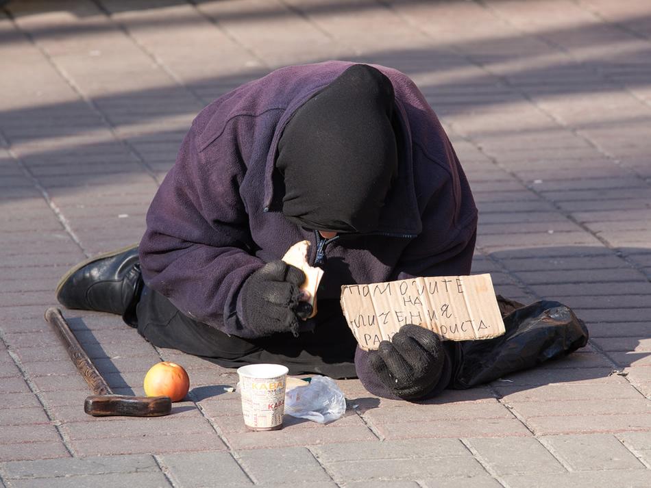 O bătrână fără adăpost cerşeşte pe strada Khreschatyk din Kiev (Ucraina), 14 Aprilie 2013