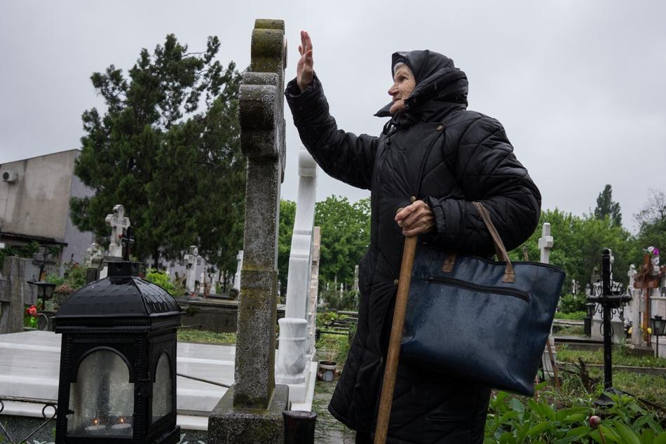 O bătrână la mormintele părinţilor săi din cimitirul Băneasa.
