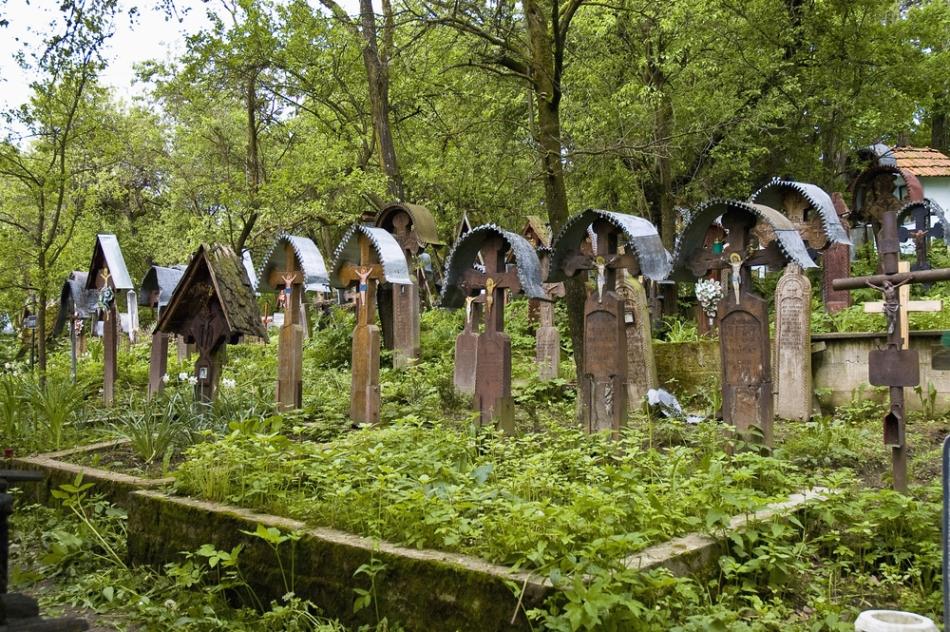Crucile dintr-un cimitir orotodox tipic din România.