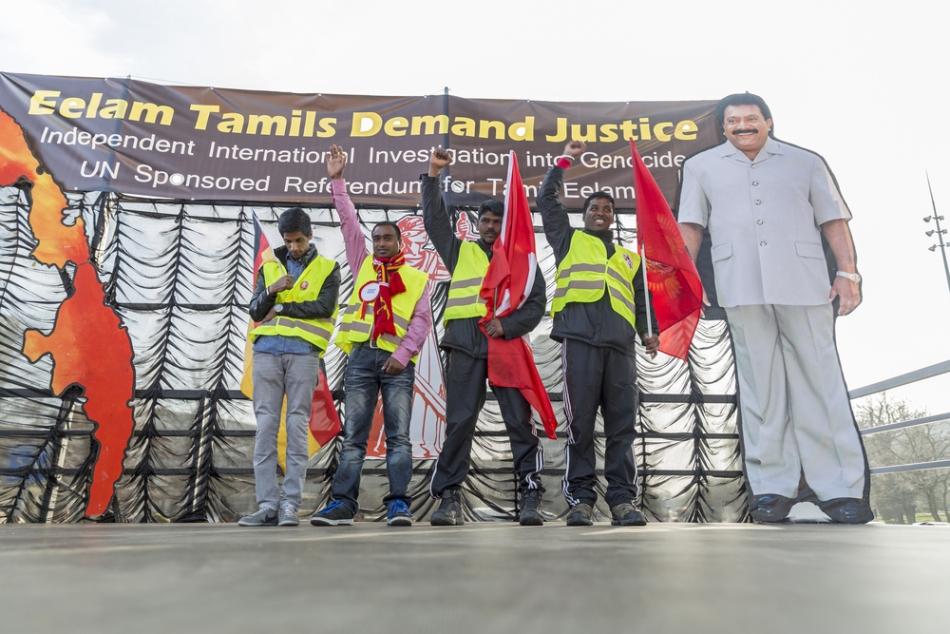 Susţinători ai Tigrilor Tamili, aici lângă o imagine a fondatorului Vellupilai Prabhakaran.