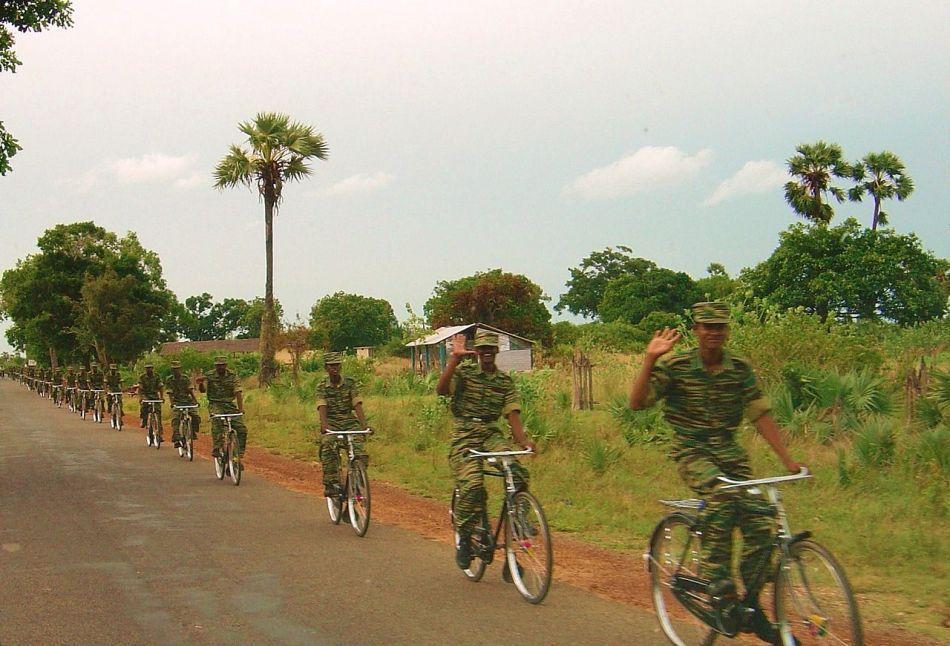 Soldaţi ai Organizaţiei Tigrilor Tamili din apropiereea oraşului Killinokini.
