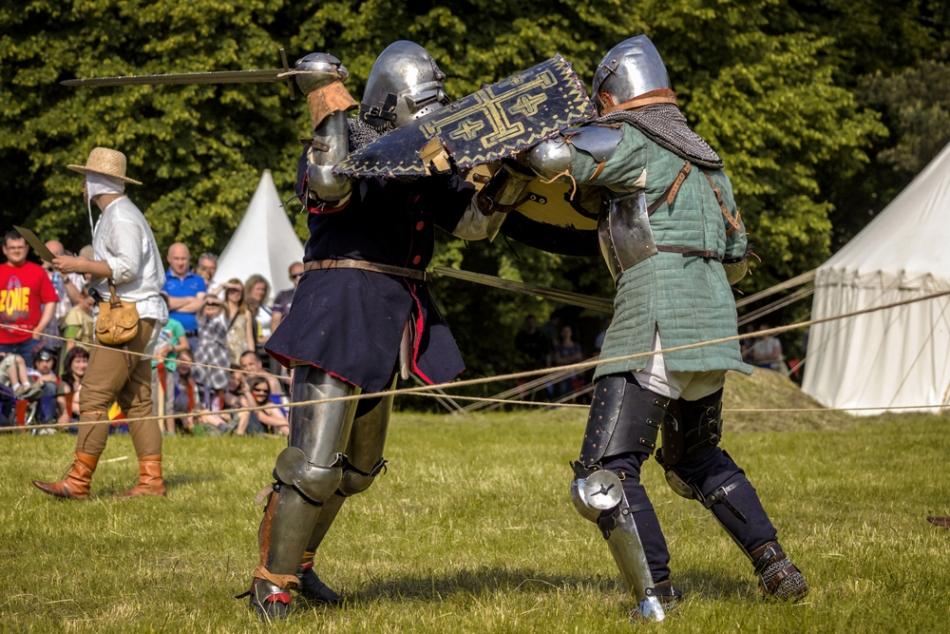 Regizarea unui duel cavaleresc cu sabia şi scutul din timpul unui turnir.
