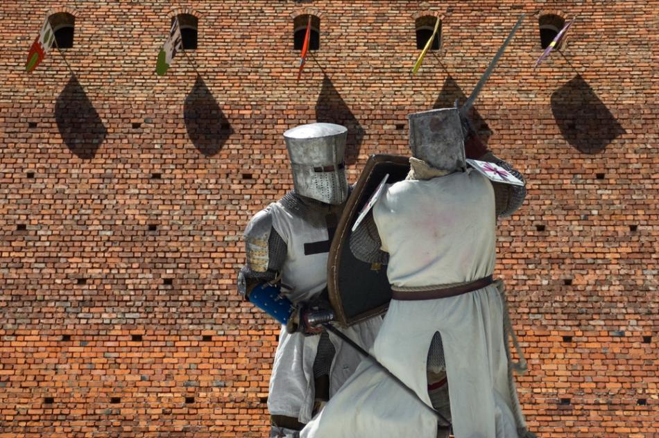 Reactualizarea unei lupte dintre cavaleri în timpul asediului cetăţii.