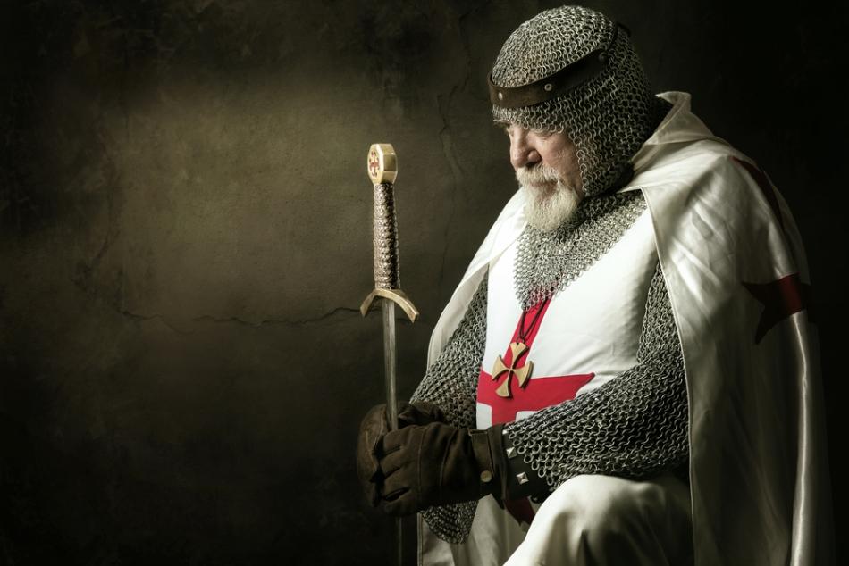 Sabia şi veştmintele tipice ale unui Cavaler Templier.