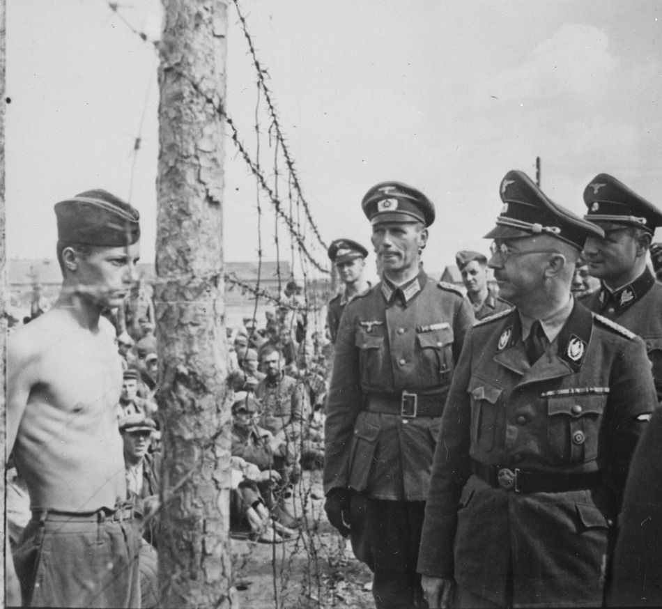 Himmler în timp ce vizita un lagăr cu prizonieri sovietici.