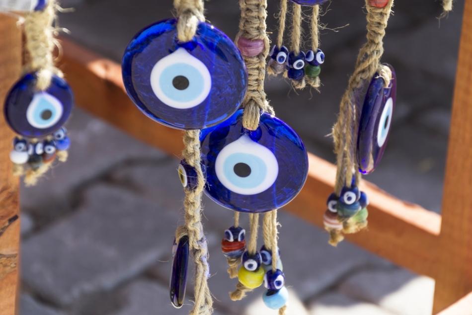 Simbolul ochiului albastru se crede că alungă ghinionul şi deochiul, această credinţă fiind foarte răspîndită în Turcia şi în alte ţări musulmane.