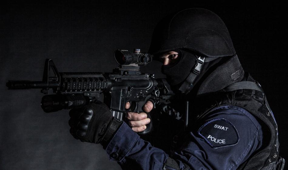 Luptător din trupele antiteroriste gata de intervenţie.