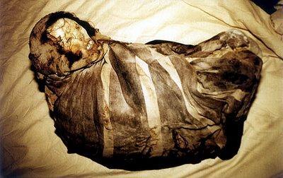 Mumia fetiţei Juanita, descoperită în Peru în 1995. Datează din perioada 1450-1480