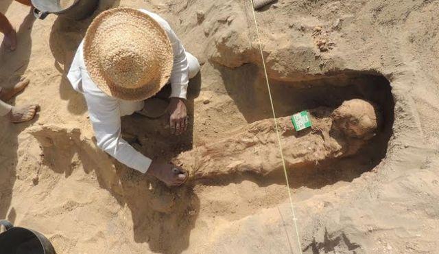 Momentul în care arheologii măsoară o mumie