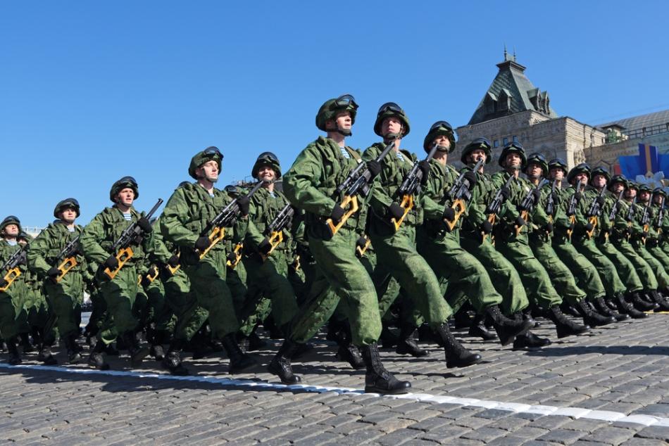 Soldaţi ruşi la defilare.