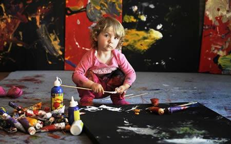 Aelita Andre: pictorita in varsta de 2 ani, ale carei lucrari au fost expuse intr-o galerie de arta