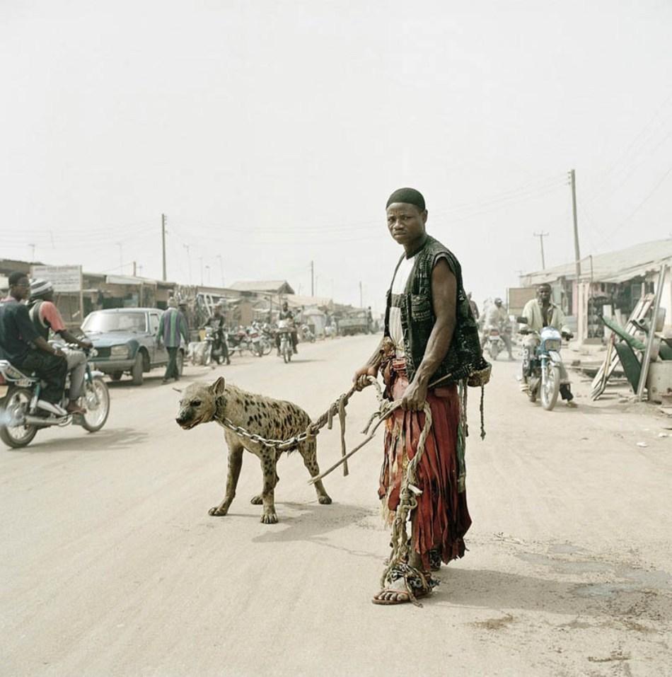 Proprietar de hienă pe o uliţă dintr-un sat nigerian