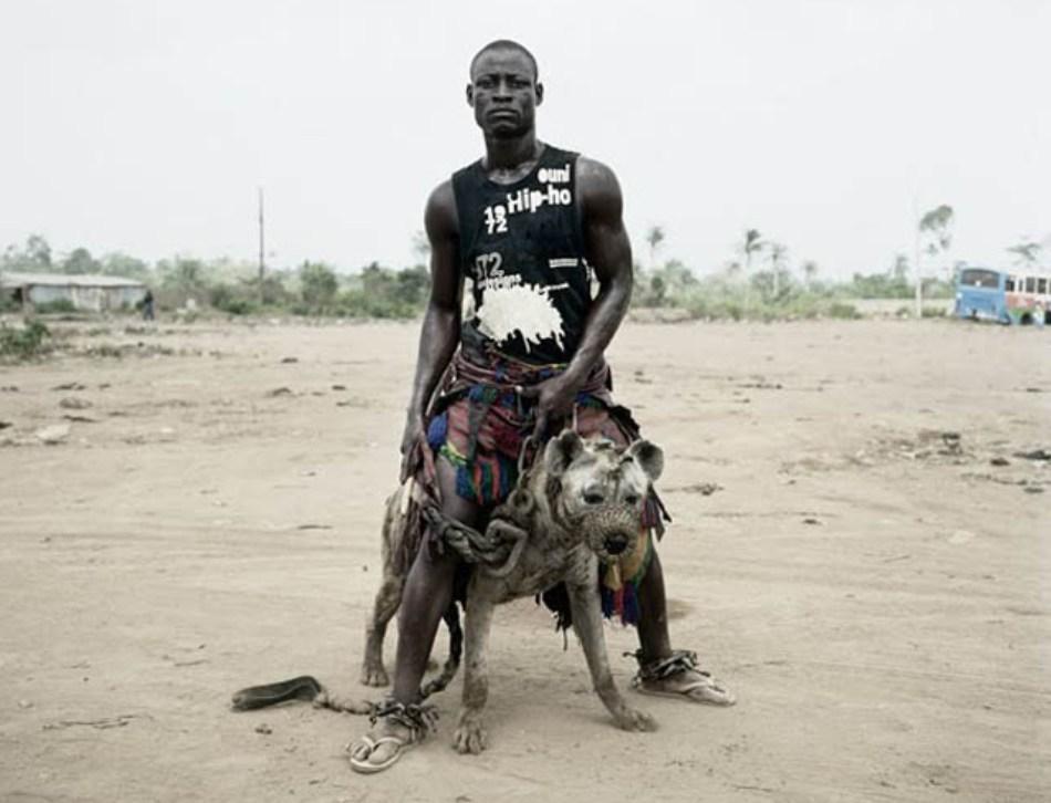 Unul dintre cei mai renumişi dresori de hiene din Nigeria