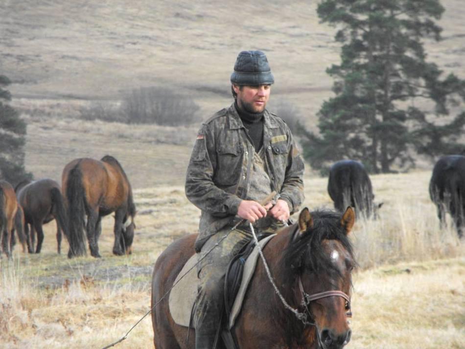 Un călăreţ huţul pe calul său.