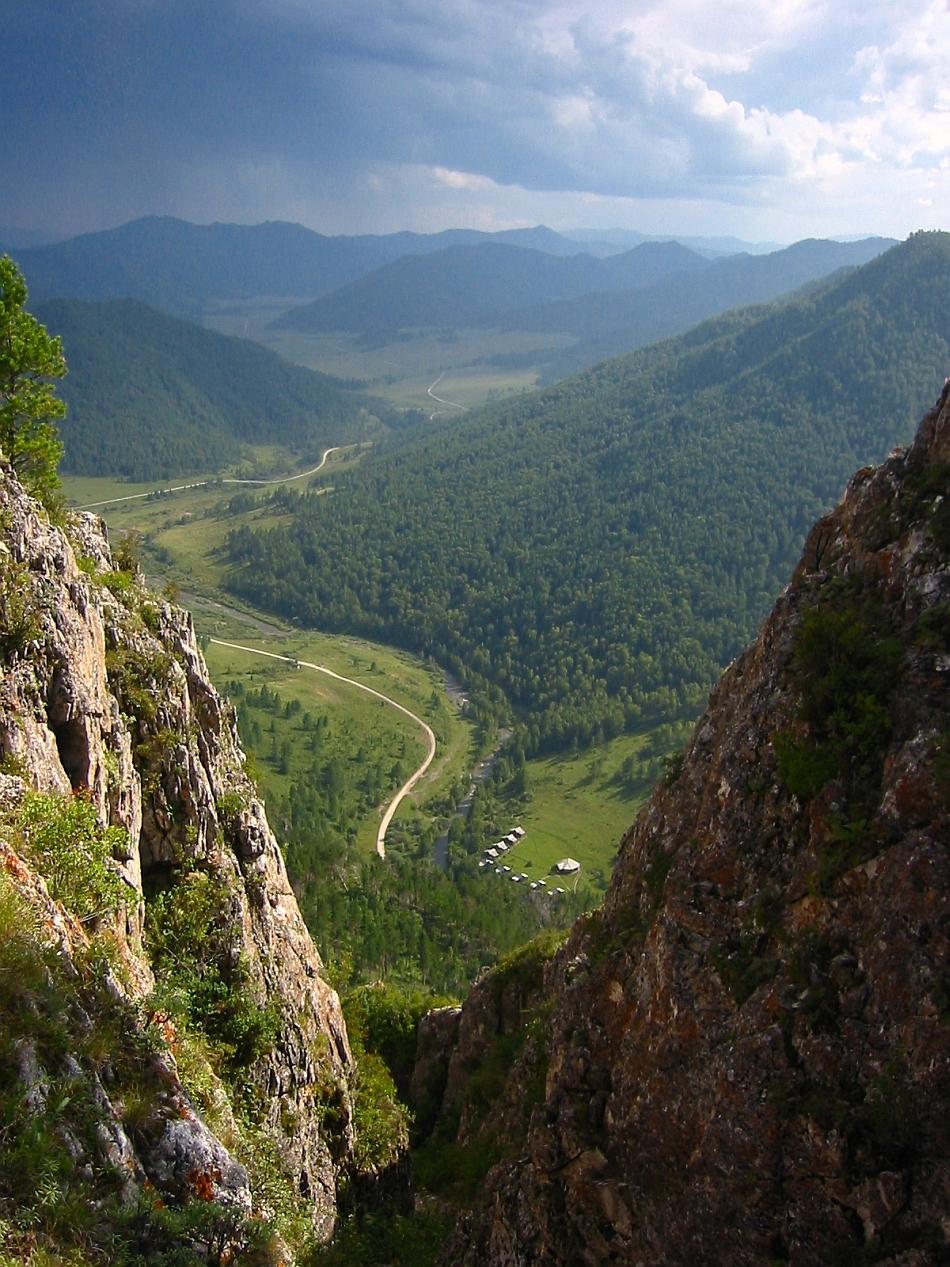 """Aceasta este priveliştea ce poate fi admirată de pe o rocă aflată imediat deasupra peşterii Denisova, locul din munţii Altai unde au fost identificate singurele fosile ale """"omului din Denisova"""""""