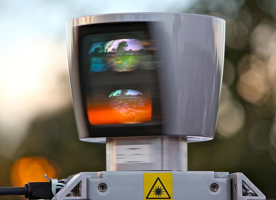 Acest sistem LIDAR se învârte de 10 ori pe secundă, colectând 1,3 milioane de puncte 3D în fiecare secundă