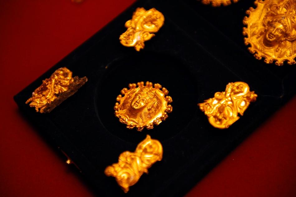 Piesele de aur sunt lucrate cu o măiestrie extraordinară.