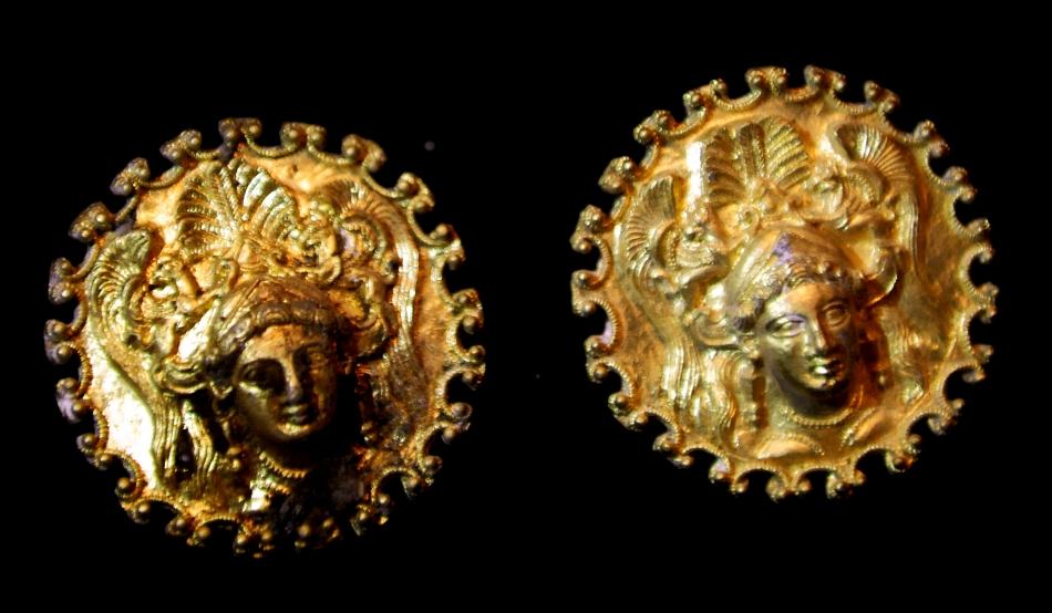 Podoabele de aur, cu figuri feminine, sunt printre cele mai impresionante piese din tezaur