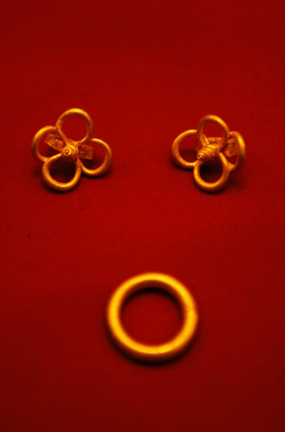 Unele dintre bijuterii au o lucrptură mai simplă; altele însă, sunt impresionante prin decorul bogat.