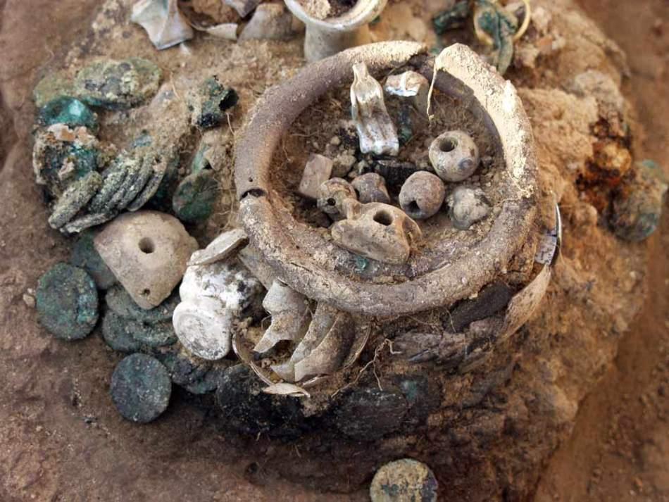 Podoabe, monede şi vase de sticlă - care erau, în urmă cu două milenii, obiecte de preţ - se numără printre artefactele înfropate la Artezian în anul 45 e.n., când oraşul a fost asediat de romani.