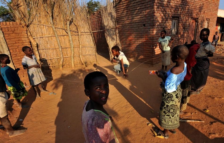 Copii din Malawi jucându-se