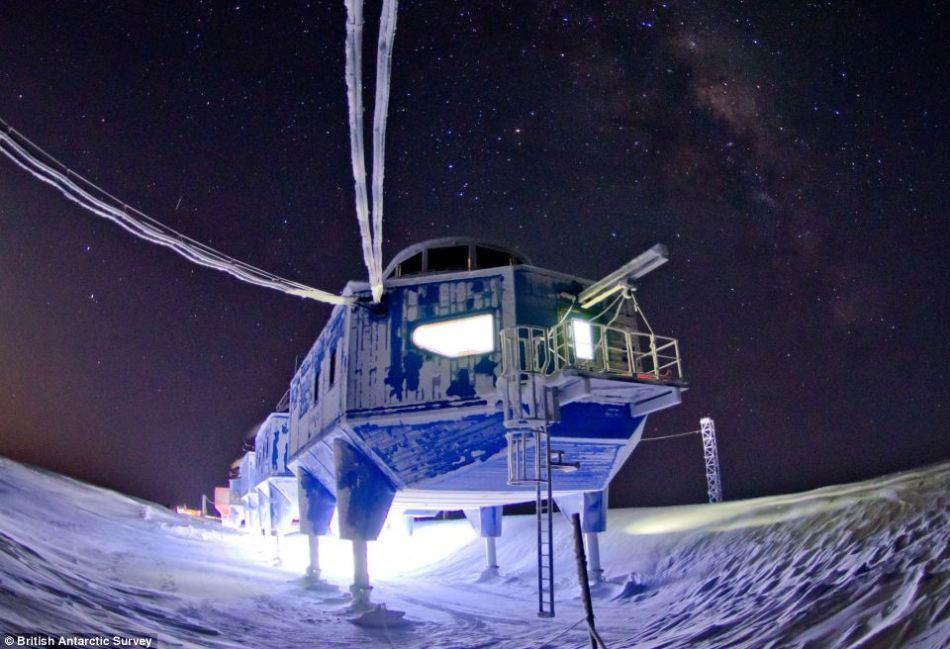 Staşiunea de cercettpri trebuie să reziste condiţiilor dure din Antarctica, unde temperaturile coboară până la zeci de grade sub zero.