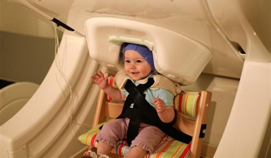 Cercetătorii au scanat creierele bebeluşilor cu ajutorul aparatului numit magnetoencefalogramă