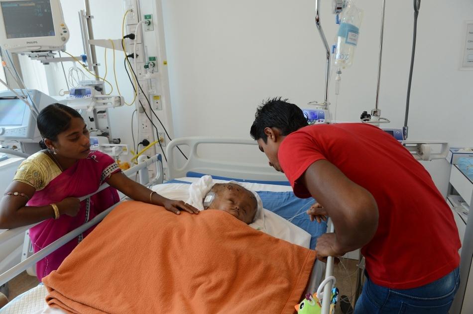 Roona şi părinţii după intervenţia medicală