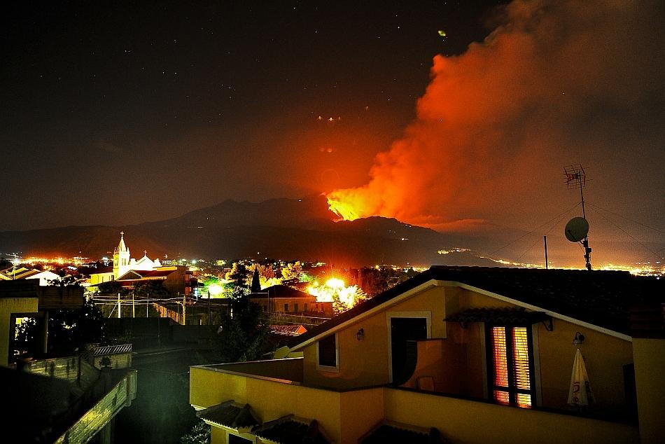 Erupţia vulcanului Etna din 30 iulie 2011 a fost surprinsă într-o fotografie spectaculoasă realizată în oraşul Catania