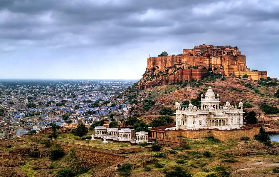 Jodhpur, Rajasthan, India, cu Fortul Mehrangharh şi mausoleul Jaswant Thada