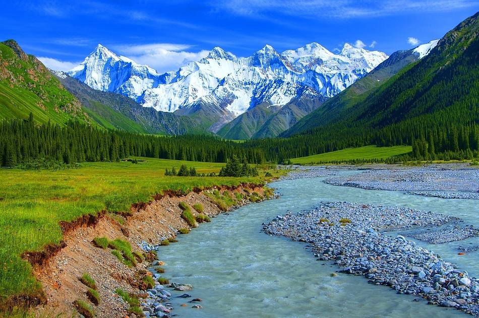 Munţii Tian Shan fotografiaţi din Valea Xiata, Zhenjiang (China)
