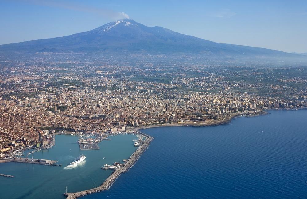 Muntele Etna fotografiat din apropiere de Catania