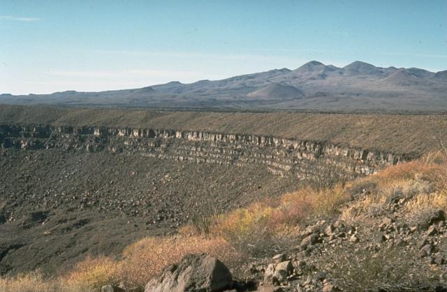 Craterul Elegante şi piscurile Pinacate în fundal