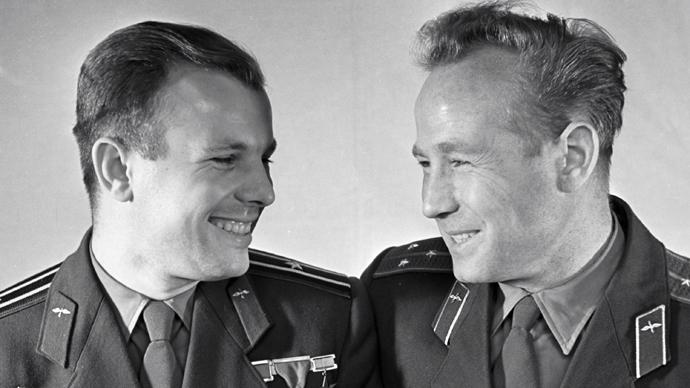 Cosmonauţii Iuri Gagarin (stânga) şi Alexei Leonov (dreapta)