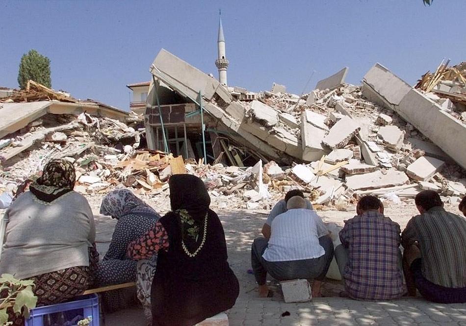 Cutremurul din 18 august 1999 a distrus numeroase clădiri în Izmit şi a provocat zeci de mii de decese